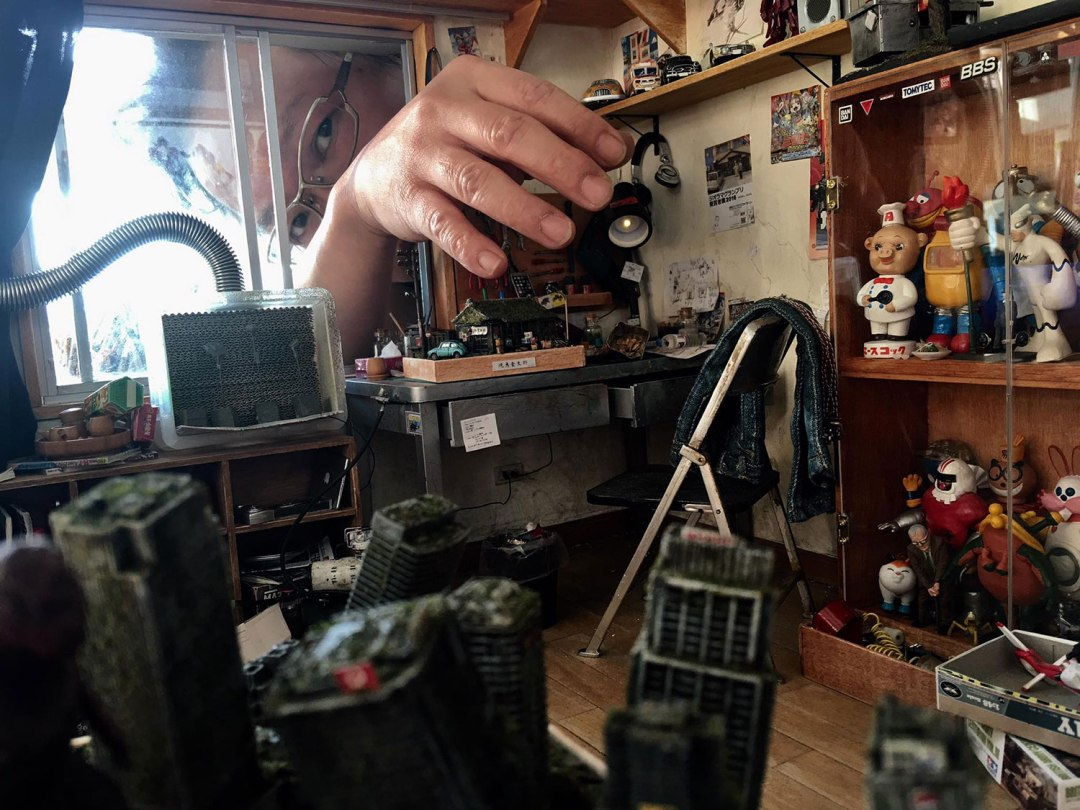 ARTIST MAKES MINIATURE MODEL OF HIS ROOM 2