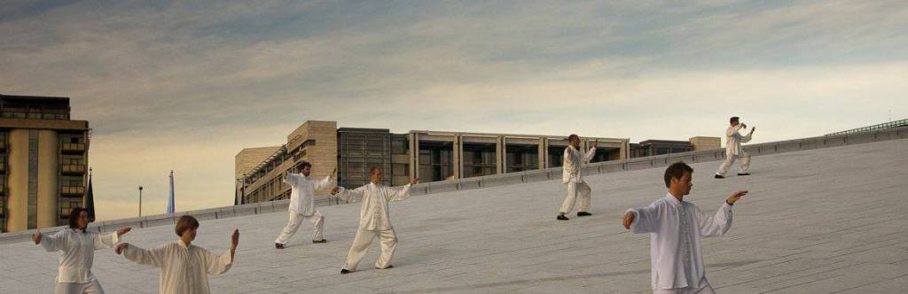 Taiji utøver på taket til Operaen