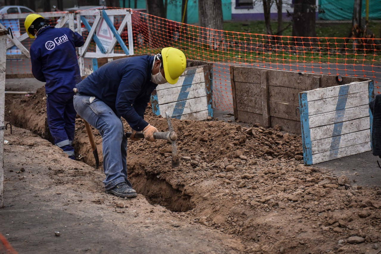 Comenzaron las obras de renovación de la red de agua corriente y alumbrado público  en el barrio La Chechela