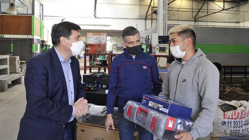 Zabaleta y Arroyo firmaron un convenio para construir un jardín maternal y entregaron herramientas a emprendedores y bicicletas a estudiantes de la UNAHUR