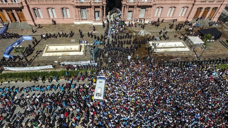 El pueblo colmó las calles para despedir a Maradona en una jornada emotiva