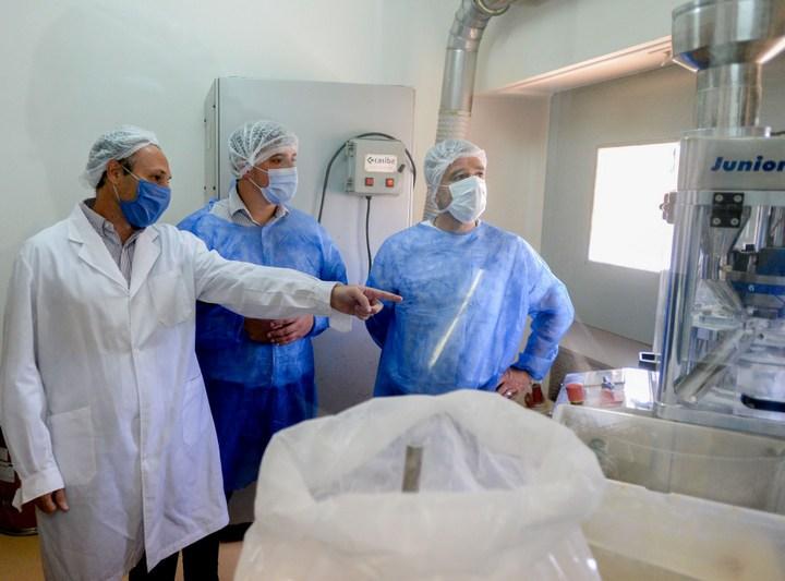 Zabaleta y el intendente de Avellaneda Alejo Chornobroff recorrieron el Laboratorio Municipal de Medicamentos de Hurlingham