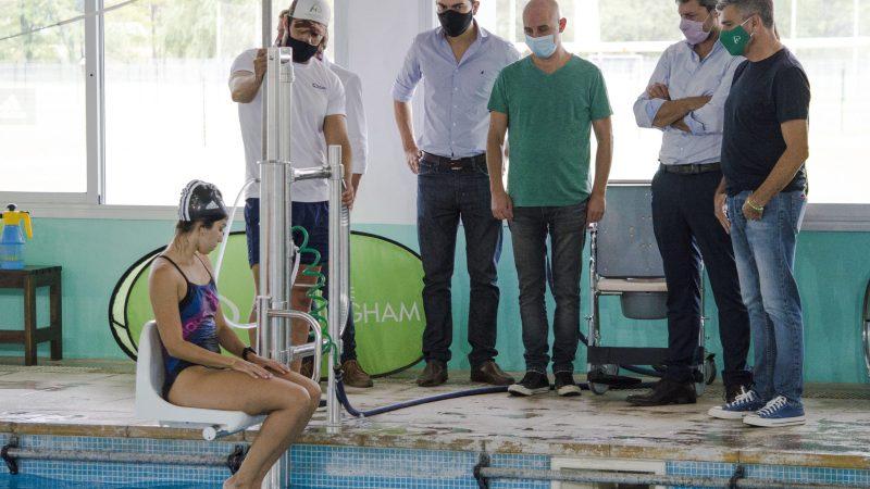 Zabaleta y Lammens recorrieron el natatorio municipal de Hurlingham, donde supervisaron un nuevo equipamiento para personas con discapacidad