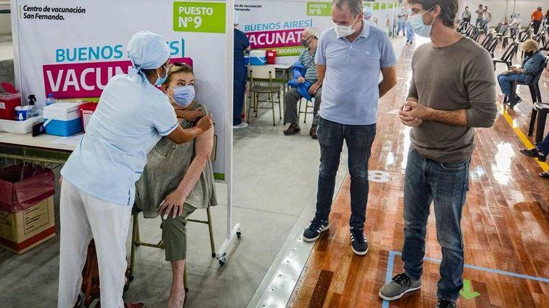 En Pascua, Juan Andreotti acompañó el comienzo de la vacunación en el nuevo Microestadio
