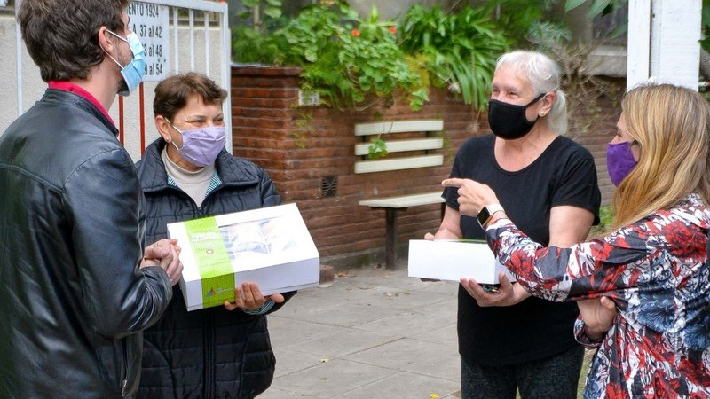 Juan Andreotti entregó desayunos y obsequios a los jubilados de San Fernando en su día