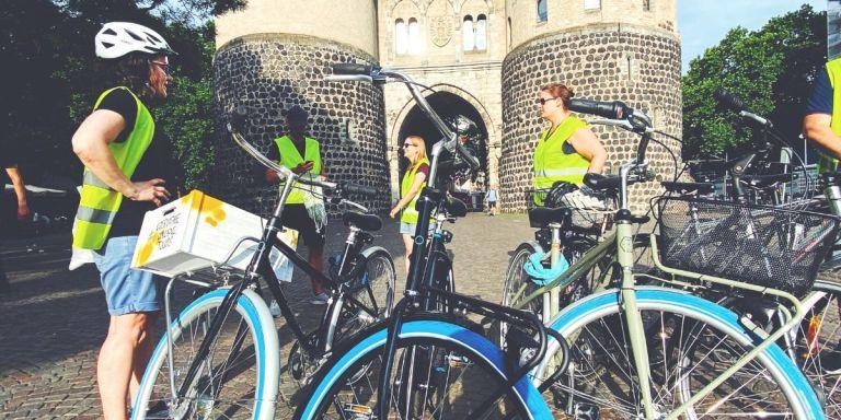 Swapfiets blaues Vorderrad gelbe Weste Stadtführung Köln