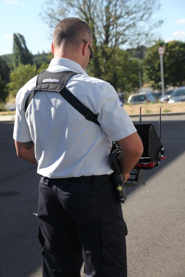 Agent de Police en cours d'opération à l'aide d'un drone