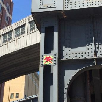 création Street Art en mosaïque réalisée par l'artiste Invader située à New York sous la High Line