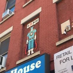 Mosaïque Super hero réalisée par INVADER dans le quartier de Little Italy à New York
