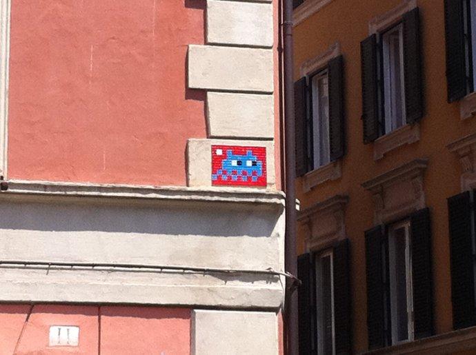 Mosaïque réalisée par le Street Artiste Français Invader à Rome - Street Art Italie