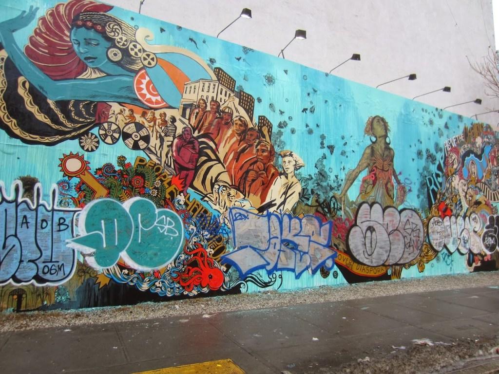 L'oeuvre de Swoon recouverte de Graffitis