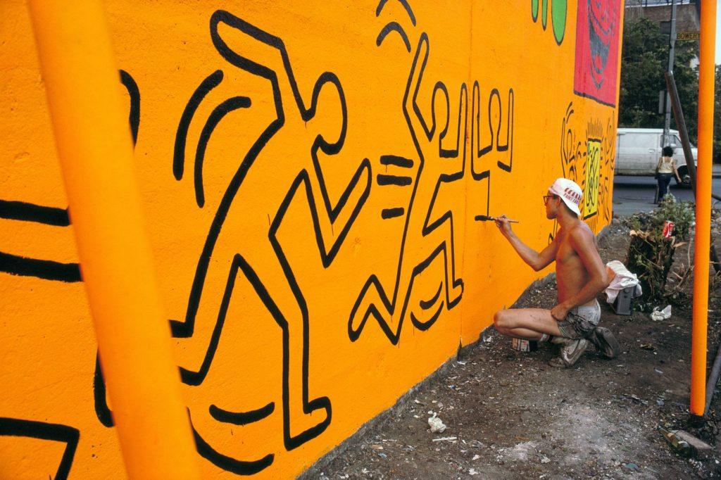 Keith Haring peint la 1ère fresque sur le Houston Bowery Wall