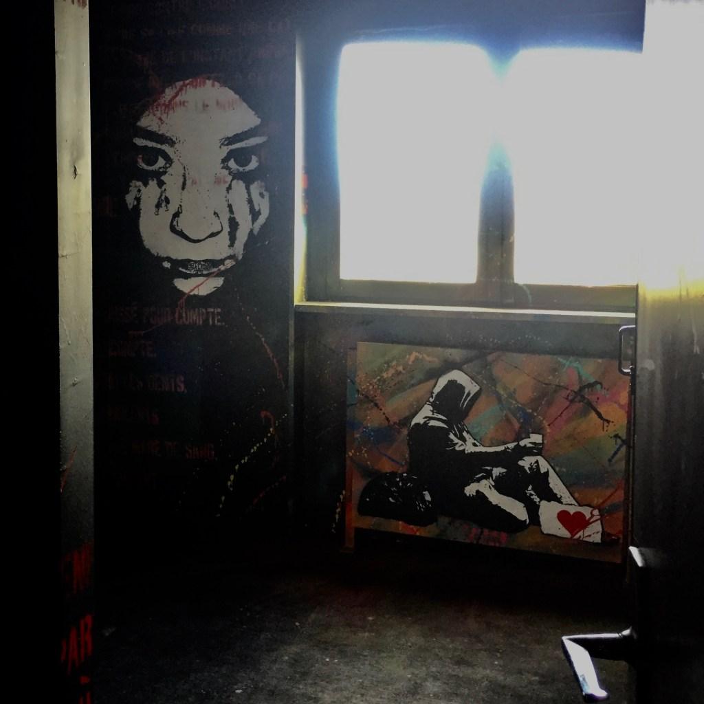 Chambre Catharsis réalisée au pochoir par l'artiste Ted Nomad à Street Art City