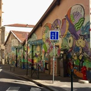 Fresque murale géante rue Lemot à la Croix-Rousse avec personnages de BD et graffitis