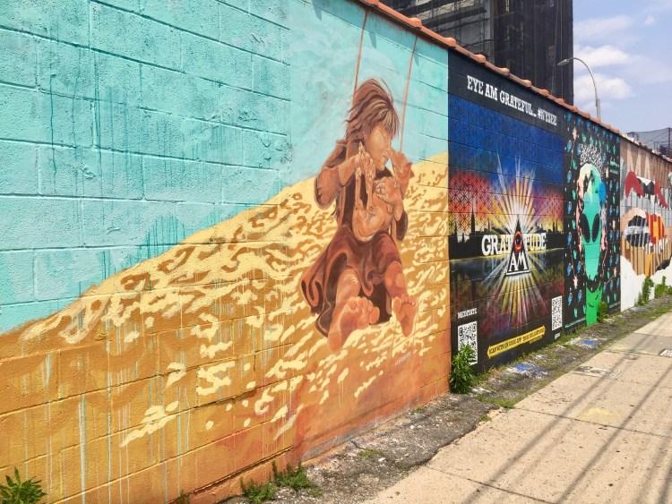 Fresque street art réalisée par l'artiste LMNOPI dans le Queens pour le Welling court Mural Project