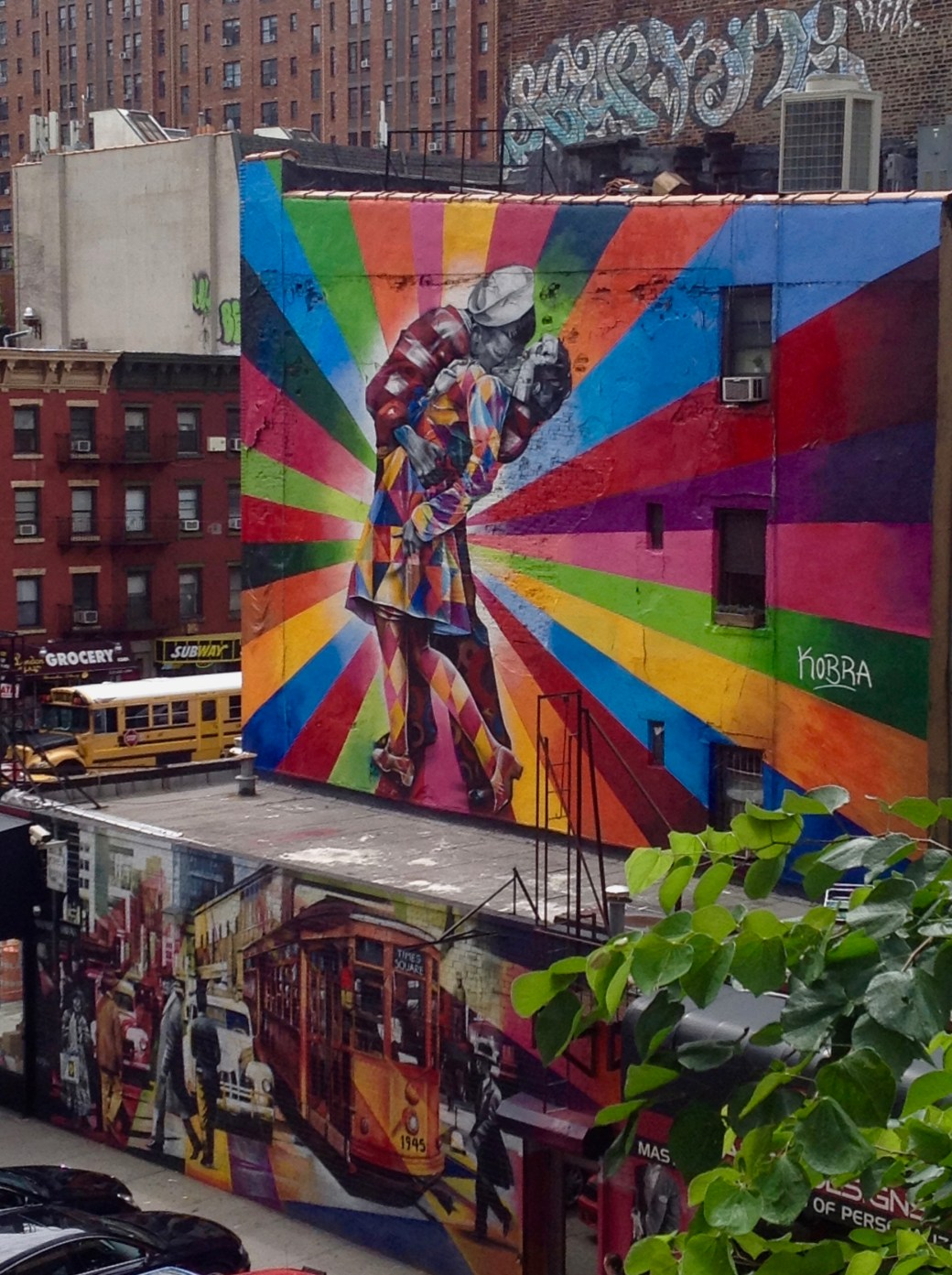 The Kiss - Oeuvre Street Art par Eduardo Kobra - Fresque Murale iconique New York - Copyright : @Altinnov