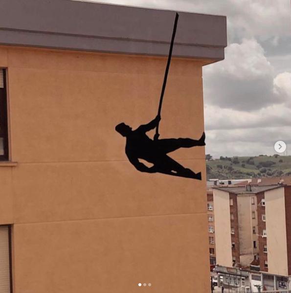 Oeuvre créée sur une fenêtre par Monica Moncalian - @Plasticamonica - Stay art home - Pejac street art