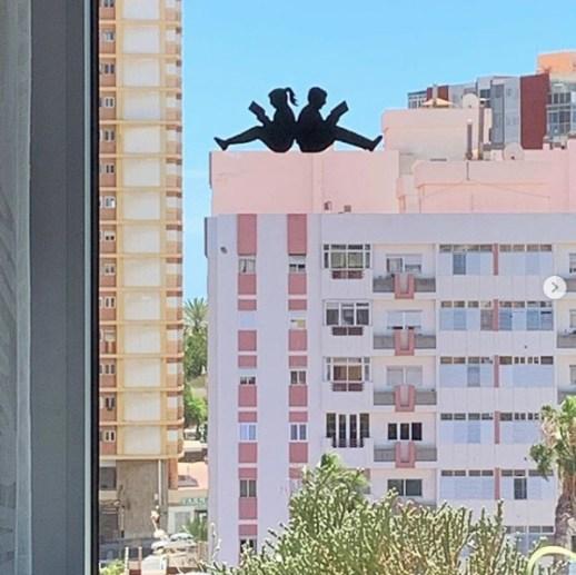 oeuvre créée sur une fenêtre par par Pedro Villarubia - @Pvil - Stay Art Home Pejac - Street art project