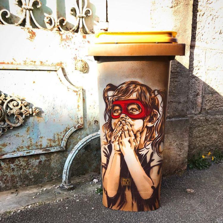 Projet Street Art de RNST à Dijon qui a peint sur les poubelles de ses voisins des oeuvres d'art