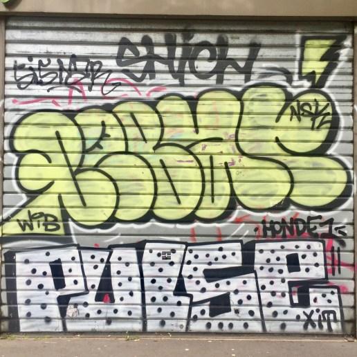 Graffiti sur volet roulant à Vitry-Sur-Seine