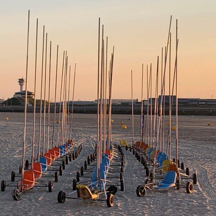 Chars à voile sur la plage de Boulogne-sur-mer au coucher de Soleil
