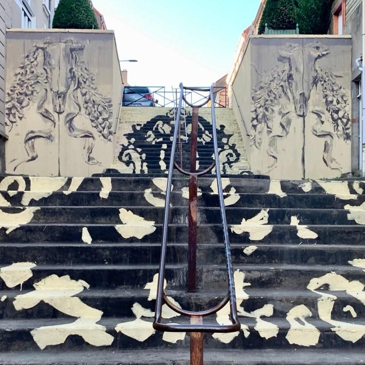 Ornement avec cranes de taureaux de la fresque Trompe l'oeil de Gonzalo Borondo à Boulogne-sur-mer