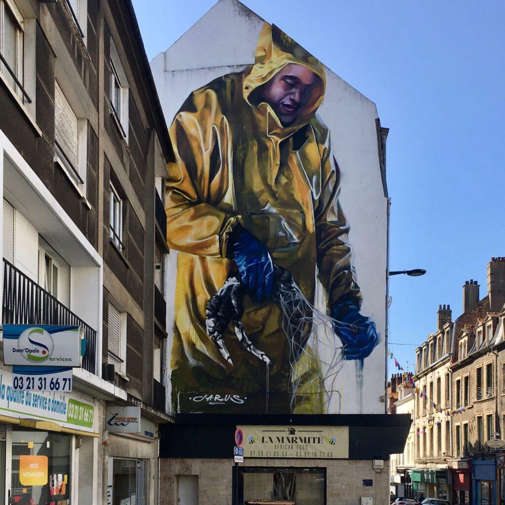 fresque murale réalisée par Emmanuel Jarus, représentant un pêcheur pour le Festival Street Art de Boulogne sur mer