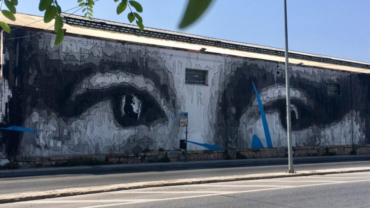 Regard de Mona Lisa réalisé par le street artiste INO Expo à Athènes