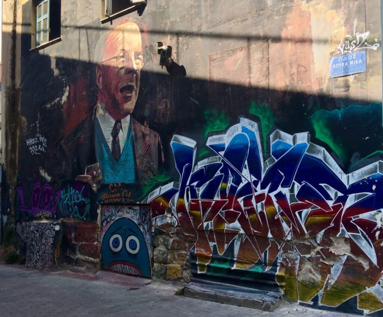 Fresques murales et graffitis se téléscopent à Athènes dans le quartier de Psyri
