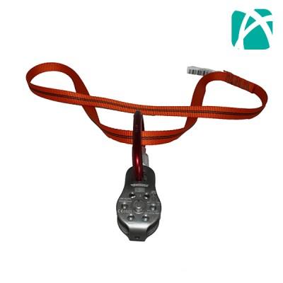 El T-Off es un sistema de paso de cuerda para el extremo superior de la escala telescópica, permite a través de la polea y el mosquetón que la cuerda vaya y venga cuando sea necesario, de esa manera se podrá fijar la línea de vida al poste y ejecutar maniobras de rescate y fuese necesario. Usos: paso de línea de vida. Detalles: Anilla cosida 0,60m de 19mm marca Courant. Resistencia 2200 Kl Polea Tipo Fixe Courant de 22KN. Mosquetón acero 2 T seguro automático