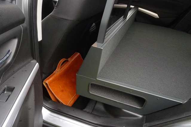 Der er plads til både længdejustering og en taske bag sædet.