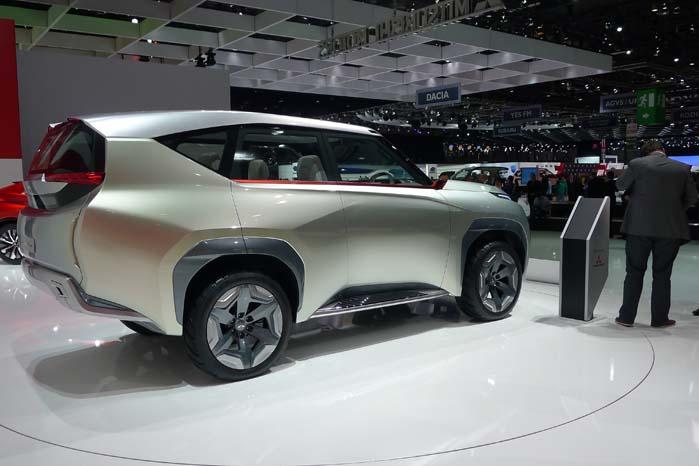 Et andet projekt på Mitsubishi-standen er denne Concept GC-PHEV. Manden til højre er stor, meget stor. Det giver en forestilling om størrelsen på dette SUV-koncept.