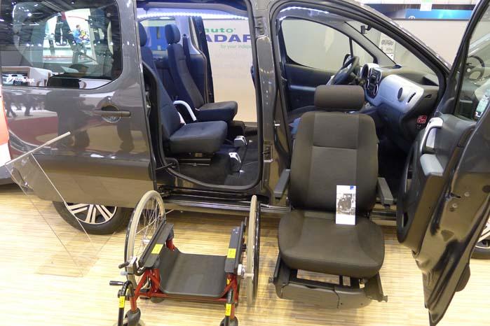 Her viser Autoadapt et eksempel på, hvordan passagersædet kan hæves og svinges ind i kabinen - og omvendt.