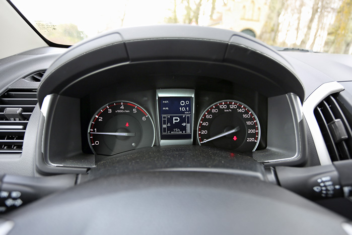 Selv om vi ikke taler decideret Audi-standard, så har en informativ kørecomputer fundet vej til pladsen mellem de store ure i traditionel stil