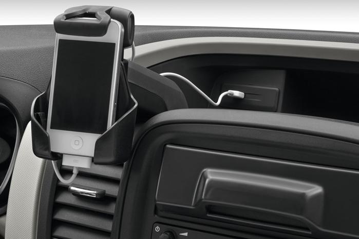 Telefonholderen er også ekstraudstyr, men læg mærke til, at selv varebilsproducenterne har gennemskuet det smarte i at placere USB-stikket i nærheden af telefonen, så vi undgår alle ledningerne, der efterhånden hænger i bilerne