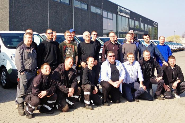 Medarbejderne har afleveret deress VW Transportere og var samlet hos Ejner Hessel for at få nøglerne til deres nye Renault varebiler