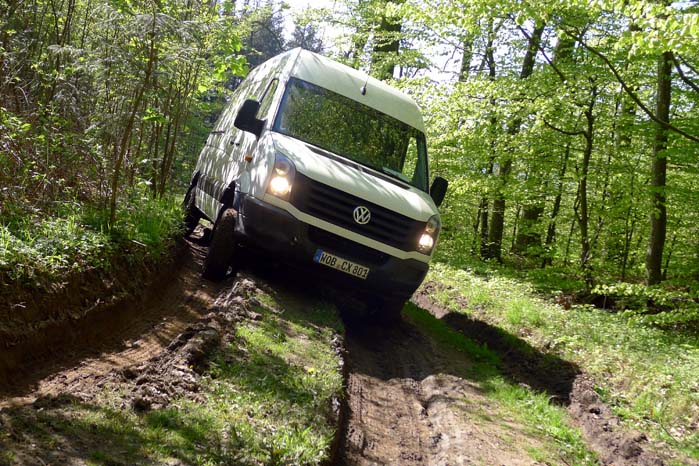 VW Crafter på sporet, støt og sikkert med M/T-dæk, differentialelås og ditto spærre.