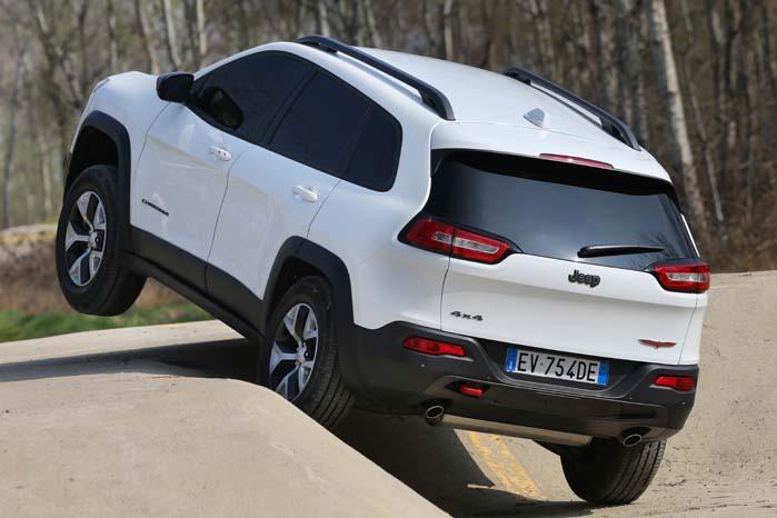 Med Jeep Active Drive Lock kan der sendes 100 pct. trækkraft til det hjul, som har fat i underlaget.