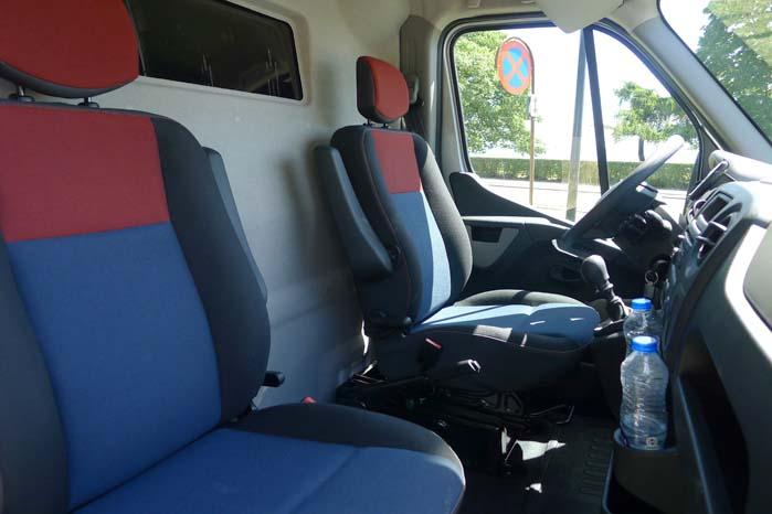 Komfortable sæder med hensigtsmæssige justeringsmuligheder tillige med 2-vejs ratjustering bidrager til god kabinekomfort.