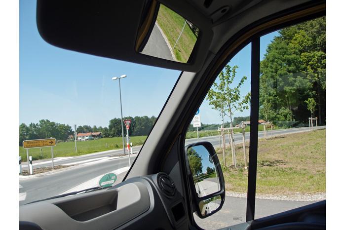 Makeupspejlet i passagersidens solskærm er forfremmet til stort vidvinkelspejl, der skal hjælpe med at spotte bløde trafikanter i den blinde vinkel
