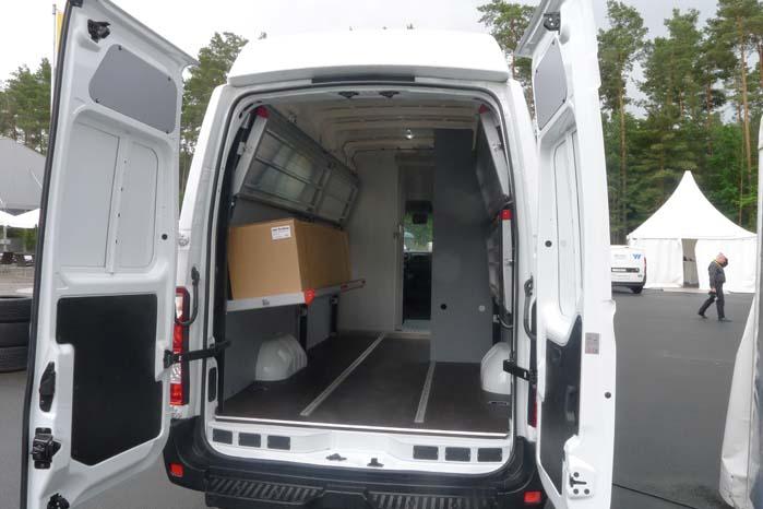 Movano med højt tag og indrettet med klap-reoler og sikringsbeslag til forsvarlig transport af værdifulde pakker og gods.