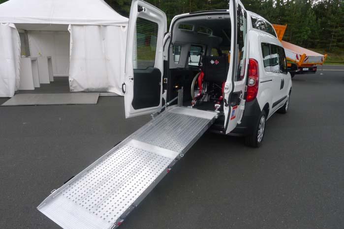 Opbygning til handcapbil med rampe og beslag til sikekr transport af kørestolsbrugere.