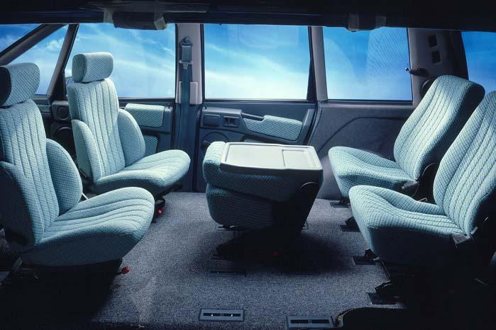 Renault Espace udmærkede sig ved gode pladsforhold og stor brugsværdi, som her med forstole på drejeskammel, så kabinen kunne forvandles til en kupé.