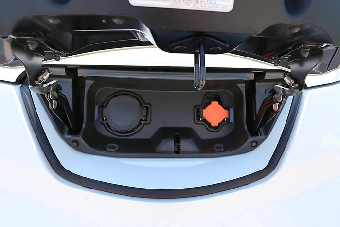 Der er både ladestik til lynlader og et helt almindeligt 230 volt stik, så du slipper for at køre rundt med kablerne til hverdag