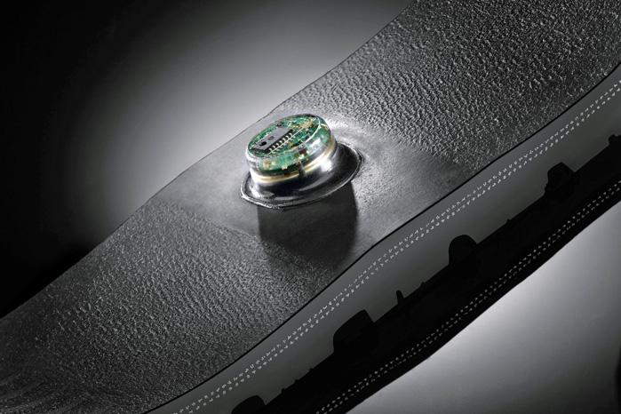Sådan ser dæktrykssensoren ud. Den sidder på indersiden af slidfladen. Continental arbejder på at udvikle sensorer, der kan måle dækmønster og ligefrem orientere værksted om, at det er tid til dækskifte
