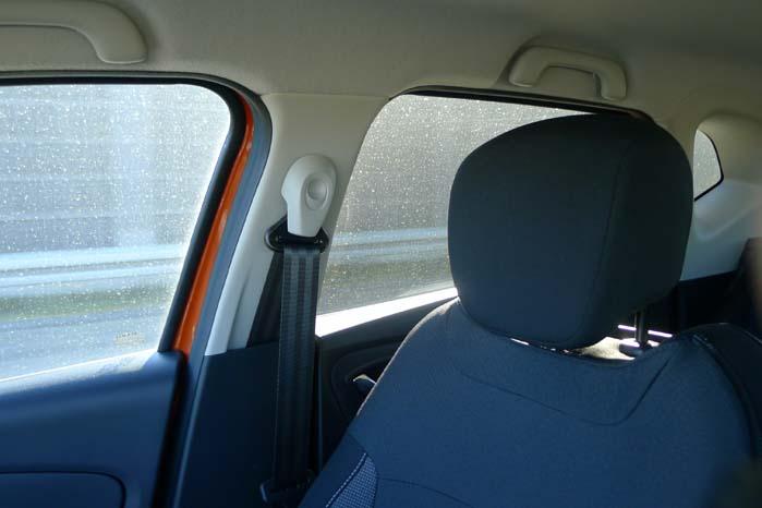 Den brede B-sprosse og passagersædets nakkestøtte blokerer delvis for udsynet bagud til højre.