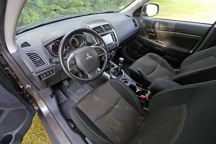 Kabinen er tillidsvækkende ligesom Mitsubishis driftsikre renomme. Førerpladsen er en god arbejdsplads med godt udsyn - og frem for alt overskuelig