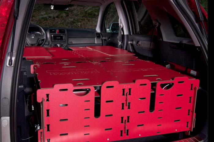 Køkkenet er stuvet af vejen, og RoomBox-systemet er gjort klar til overnatning med dobbelt køjeplads i en Renault Kangoo, men det kunne også have været i en Kia Soul, en Mazda CX-5 eller noget helt tredje.