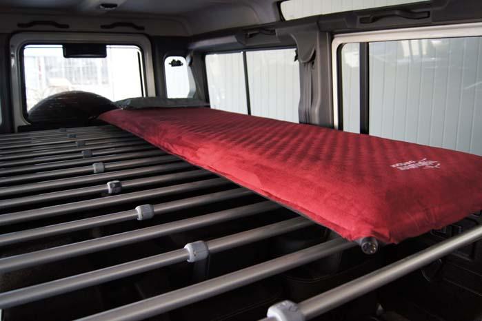 """Sovepladsen monteret i en Land Rover Defender 110""""."""