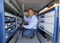 Direktør i TJ Karrosseri, Claus Behrend demonstrerer en fastsurringsstang, som kan holde større gods på plads bagest i varerummet, så det ikke kurrer fremad under en opbremsning eller sammenstød